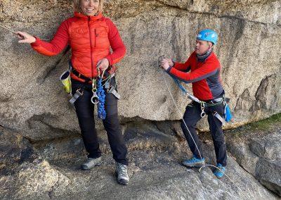 Glade mennesker i klatreveggen