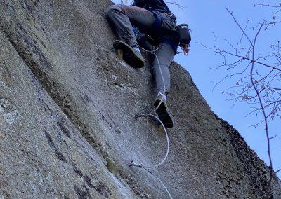 Gutt klatrer i veggen på Via Ferrata
