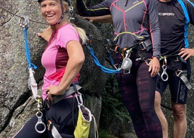 Flere Glade mennesker i klatreveggen